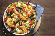 Slimming World's mixed paella is really simple to make and bursting with flavour thanks to punchy paprika garlic and lemon. The chicken and seafood in this recipe is cooked to perfection - tender with plenty of flavour. Mixed paella is the best of both Seafood Recipes, Dinner Recipes, Cooking Recipes, Healthy Recipes, Healthy Snacks, Cooking Pork, Healthy Juices, Easy Recipes, Slimming World Paella