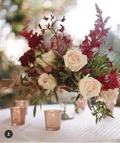 Amei esse arranjo de mesa  Sai do tradicional e é delicado!  : @archetype_photo  _____________________________________ #casandoembh #casandocomamor #casandocomamordecoracoes by casandocomamor