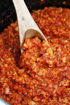 A hearty bolognese sauce made with cauliflower and red lentils instead of meat. Even meat lovers will enjoy this filling sauce. Slow Cooker Bolognese Sauce, Vegan Bolognese, Healthy Bolognese Recipes, Healthy Recipes, Cauliflower Recipes, Vegetable Recipes, Spagetti Recipe, Spagetti Sauce, Pasta Sin Gluten