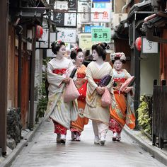 On the morning of the first day of December a geiko (geisha) and three maiko (apprentice geisha) make their way through the Pontocho district to the Minamiza Theatre in Gion to see a performance of kabuki.