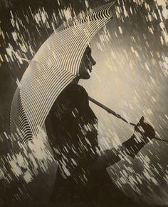 "gacougnol: ""Francois Kollar In the rain 1940 "" Photo Expo, Photo B, Red Umbrella, Under My Umbrella, Florence Henri, Black White Photos, Black And White, Double Exposure Photo, Brassai"