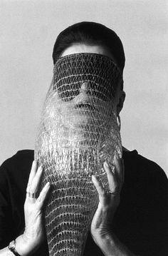 Lygia Clark com a 'Máscara Abismo', uma de suas propostas sensoriais