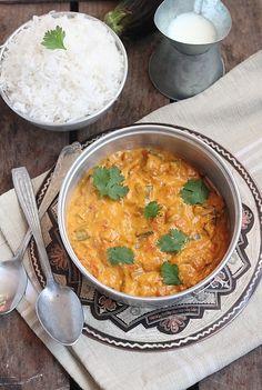 Un petit interlude après ces derniers articles bien sucrés avec ce curry… Veggie Recipes, Indian Food Recipes, Asian Recipes, Vegetarian Recipes, Cooking Recipes, Healthy Recipes, Curry D'aubergine, Exotic Food, Comfort Food