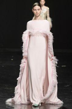 Celia Kritharioti at Couture Spring 2019 – feather dress Charlotte Ronson, 60 Fashion, Catwalk Fashion, Couture Fashion, Fashion Design, Cynthia Rowley, Fashion Show Dresses, Couture Dresses, Fashion Outfits