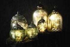 Mooie ( lichtgevende ) kerstballen voor in de boom ... maar.. met een tak eucalyptus -dennenappels en wat groen een sfeervolle decoratie op een schaal