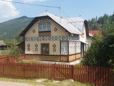 Te încarci de frumos în Ciocănești, satul bucovinean unde casele sunt încondeiate | Adela Pârvu - Interior design blogger Home Fashion, Cabin, Traditional, House Styles, Interior, Houses, Design, Home Decor, Homes