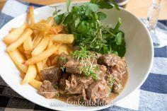 Eindelijk weer eens een lekker gerecht uit de slowcooker! Ik maak Vlaamse stoverij: mals rundvlees in een krachtige saus van bier, brood en mosterd!