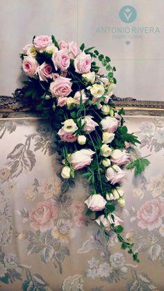 Ramo de novia en cascada con rosas, rosas de pitiminí y lisianthum blanco // Cascade bouquet woth roses, pitimini roses and lisianthum