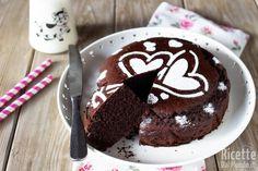 La torta al cioccolato è una golosa, soffice e semplice torta al cioccolato. Ricetta che spiega come fare una torta al cioccolato 5 minuti morbida.