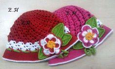 bonnet rouge et rose fleuri