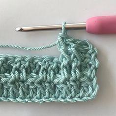 Gratis haakpatroon voor het haken van een ledikantdeken in de wafelsteek. Met duidelijke foto instructies en uitleg. Crochet Baby Toys, Crochet Wool, Love Crochet, Diy Crochet, Crochet Blanket Patterns, Baby Knitting Patterns, Crochet Stitches, Stitch Patterns, Baby Set