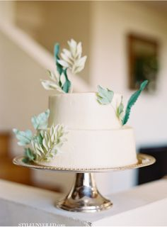 Jen Huang Wedding Photography / beautiful wedding cake with green details / via Style Unveiled. Simple cakes like this are by far the prettiest. Cottage Wedding, Farm Wedding, Chic Wedding, Dream Wedding, Wedding Details, Wedding Decor, Wedding Stuff, Wedding Ideas, Beautiful Wedding Cakes