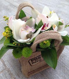 Ξεχωριστές ανθοσυνθέσεις για την Γιορτή της Μητέρας #lesfleuristes #λουλούδια #ανθοσύνθεση #ανθοπωλείο #γλυφάδα #ΓιορτήΜητέρας #MothersDay Burlap, Reusable Tote Bags, Hessian Fabric, Jute, Canvas