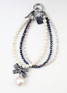 Pulsera 3 hilos de moño con rayas y perlas Plata .925 Moño: 1.8 cm *El tono y tamaño de las piedras puede tener una variación