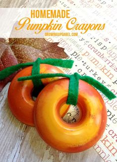 Homemade crayons are a super quick and easy craft that take just a few minutes to make.  Pumpkin crayons are perfect for a non-candy trick or treat idea or use them at the kids table at Thanksgiving!