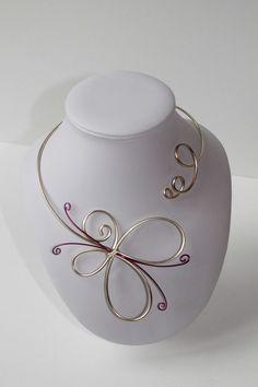 Collier papillon fil aluminium perle et fuchsia