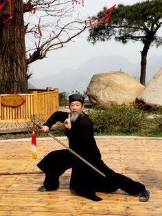 Wudang Priest - 73 years old Wudang Priest practicing swordman ship. Kung Fu Martial Arts, Martial Arts Weapons, Chinese Martial Arts, Martial Arts Training, Qi Gong, Tai Chi Qigong, Shaolin Kung Fu, Fighting Poses, Warrior Spirit