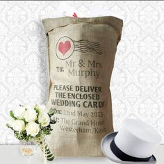 love the idea of a hessian wedding sac for the cards.