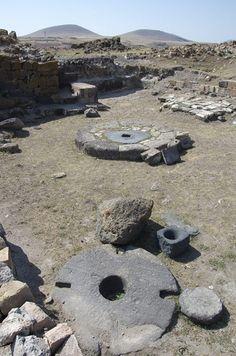 Միջնադարյան ձիթհան մայրաքաղաք Անիում…Շիրակ, Այրարատ, Մեծ Հայք։ Առաջին պլանում երևացող քարը կոչվել է կախքար