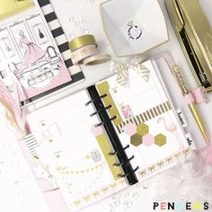 My little fox clip from @plannerglamgirl is playing peek-a-boo! #beforetheink #kikkik #pengems #plannergirl #planneraddict #glamplanner #pinkandgold #onmydesk #stationeryaddict