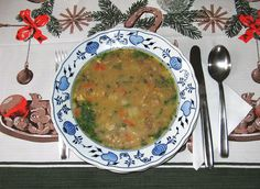 """Rybí polévka zkapra vpodání kuchařů zpořadu Kluci vakci má vždy jinou podobu, chuť a samosebou i recept. Tradiční rybí polévka zkapra zrybího vývaru a skrutony je neméně chutná jako bílá """"zámecká"""" rybí polévka podle receptu proslulého šéfkuchaře Jaroslava Sapíka. Jako kuchyňsky méně náročný se nabízí recept na rybí polévku srajčaty a zeleninou. Kterou rybí polévku si uvaříte vy?   Tradiční rybí polévka zkapra. Zvývaru a s krutony Přípravu tradiční rybí polévky začneme tím, že si…"""