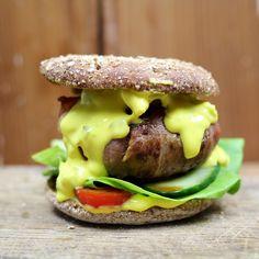 Bacon Burger mit Käse-Jalapeño-Soße