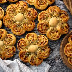 Havreblomstrundstykker med soltørket tomat, ost og oregano - Borrow my eyes Yummy Snacks, Yummy Food, Bread Bun, Piece Of Bread, Cookie Pie, Sugar And Spice, Bread Baking, Food Inspiration, Bread Recipes