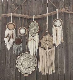 アメリカの先住民族インディアンのオジブワ族に伝わる装飾品のドリームキャッチャー 悪い夢が蜘蛛の巣の網にひっかかり、朝日が昇った時に焼払われ良い夢だけが残ると言われてます。今では、お部屋のデコレーションなどにも使われる様になったドリームキャッチャー素敵なアイディアと共にドリームキャッチャーを手作りしてみませんか。祈りをこめて!!