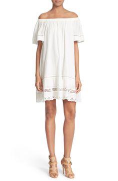 Yo gusta esto blanco vestido. Yo pensar esto vestido es muy elegantes.