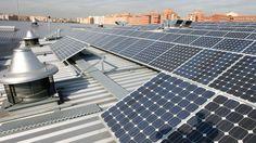 En la urbanización Rosa Luxemburgo de San Sebastián de los Reyes, los vecinos han colocado placas solares en las azoteas para producir su propia energía y cuidar así, el medio ambiente.