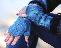 Kämmekkäät lämmittävät, kun lapaset ovat jo liikaa, mutta paljain käsinkään ei tarkene. Fingerless Gloves, Arm Warmers, Mittens, Knit Crochet, Knitting, Clovers, Crocheting, Accessories, Fashion