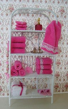 My Mini ABC: Handdoekset diy mini towels Dollhouse Dolls, Miniature Dolls, Dollhouse Miniatures, Barbie Miniatures, Doll Furniture, Dollhouse Furniture, Bathroom Furniture, Bathroom Canvas, Miniature Furniture