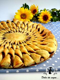 Sunflower puff pastry and nutella Delicious Desserts, Dessert Recipes, Cookie Cake Pie, Sunflower Cakes, Puff Pastry Recipes, Food Obsession, C'est Bon, International Recipes, Creative Food