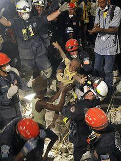 2010 – HAITI  Carol Guzy, Nikki Khan e Ricky Carioti (Washington Post) * Pulitzer
