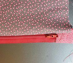 Poser rapidement un zip (fermeture éclair) sur une trousse ou pochette. Trés belles finitions. Tuto en français