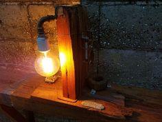 Articulo L1005. Lámpara sobre tirantes de pinotea de 8 cm x24 cm, con componentes eléctricos y cañería de metal. Medidas 24 cm de ancho x42 cm de alto x 55 cm de largo. Lámpara Multifilamento de carbono AntiqueEdison incluida.https://www.facebook.com/IndustrialRecupero-178754409195527/