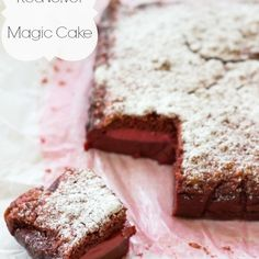 Red Velvet Magic Cake - How cool is this? A cake from one batter that separates as it bakes. Red Velvet Sheet Cake Recipe, Velvet Cake, Magic Cake Recipes, Sweet Recipes, Yummy Recipes, Yummy Treats, Sweet Treats, Yummy Food, Recipes