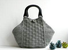 knitted handbag Crotchet Bags, Knitted Bags, Crochet Cross, Knit Or Crochet, Yarn Bag, Best Purses, Knitting Magazine, How To Make Handbags, Knitting Accessories