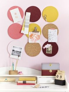 It& so easy: Make a corkboard wall- So einfach: Pinnwand aus Korkuntersetzner basteln Whether in the hallway, in the kitchen or in the home office – this pin board is not only super practical, it also looks great! Diy 2019, Diy Casa, Ideias Diy, Diy Table, Cork Table, Decoration Table, My New Room, Room Inspiration, Diy And Crafts