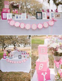 Una mesa festiva y muy rosa para un baby shower - me encantan los bloques! / A festive pink table for a baby shower - love the blocks!