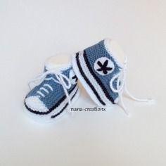 Chaussons bébé forme baskets à lacets tricotés en laine bleu pétrole et blanc 0/3 mois@nana-creations.