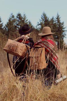 """Der Wochenendtrip steht an und Du hast kein Lust, den großen Koffer mitzunehmen? Dann empfehlen wir Dir unsere Reisetasche """"Connor"""" und unsere Rucksack """"Jaime"""" aus stabilem Büffelleder. - Gusti Leder - 2M21-20-1wp - 2R20-20-5"""