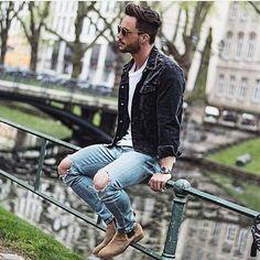 Acheter la tenue sur Lookastic: https://lookastic.fr/mode-homme/tenues/veste-en-jean-noir-t-shirt-a-col-rond-blanc-jean-skinny-bleu-clair/18364 — T-shirt à col rond blanc — Veste en jean noir — Jean skinny déchiré bleu clair — Bottines chelsea en daim brunes claires
