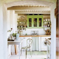 Traditional country kitchens are a design option that is often referred to as being timeless. Over the years, many people have found a traditional country kitchen design is just what they desire so they feel more at home in their kitchen. Cozy Kitchen, Kitchen Dining, Kitchen Decor, Rustic Kitchen, Nice Kitchen, Kitchen Time, Kitchen Furniture, Kitchen Interior, Vintage Kitchen