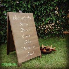 Placa cavalete, com mensagem personalizada. Receba seus convidados de forma muito charmosa! Para casamentos e festas em geral.