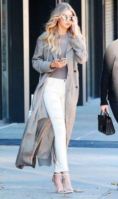 Gigi Hadid usa a sandália de tiras no mesmo tom da calça