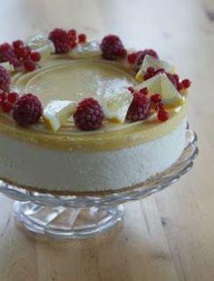 Joitain viikkoja sitten tein syntymäpäiväkakun jonka väliin tuli sipaisu lemoncurdia ja valkosuklaamoussea. Tällä kombolla olen kakkuja teh...