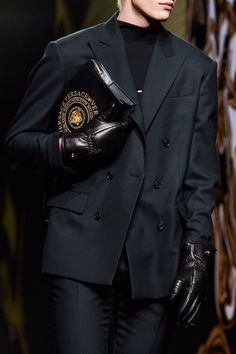 Versace Fall 2020 Ready-to-Wear Fashion Show Details: See detail photos for Versace Fall 2020 Ready-to-Wear collection. Look 5 Vogue Paris, High Fashion, Mens Fashion, Suit Fashion, Milan Fashion, Winter Fashion, Gianni Versace, Mannequins, Fashion Details
