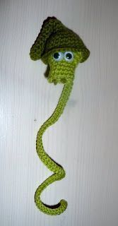 by Caloweena: Sir Väs-mönster Crochet Animals, Crochet Toys, Knit Crochet, Crochet Bracelet, Crochet Earrings, Crochet Coffee Cozy, Crochet Bookmarks, Crochet Decoration, Butterfly Design