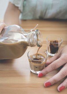 Il liquore cremoso al caffè è un dopo pasto irresistibile, dal gusto avvolgente e profumato. Vediamo assieme come farlo in casa in modo semplice e veloce! Limoncello, Cocktail Drinks, Cocktail Recipes, Cocktails, Cooking Time, Cooking Recipes, Homemade Liquor, Smoothie Drinks, Milkshake